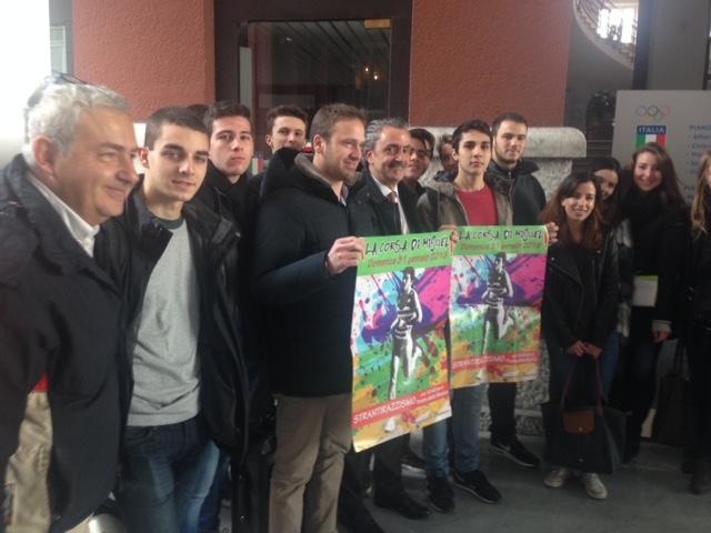 Il Presidente Uisp Nazionale Vincenzo Manco con gli studenti