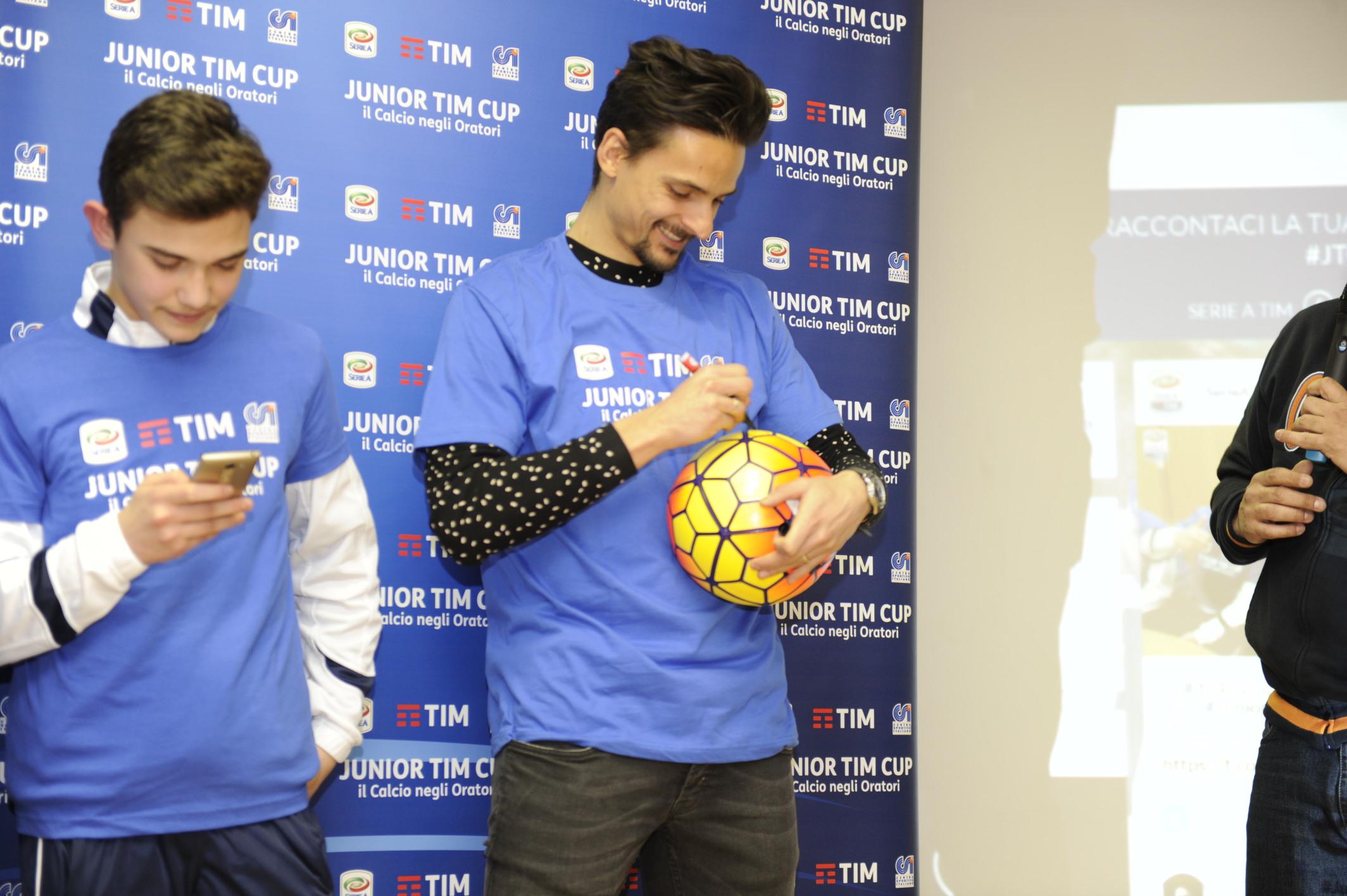 Felipe autografa il pallone