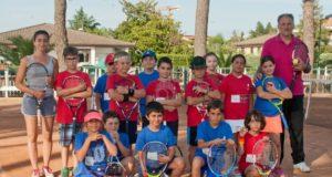 Reale e alcuni bambini del baby tennis
