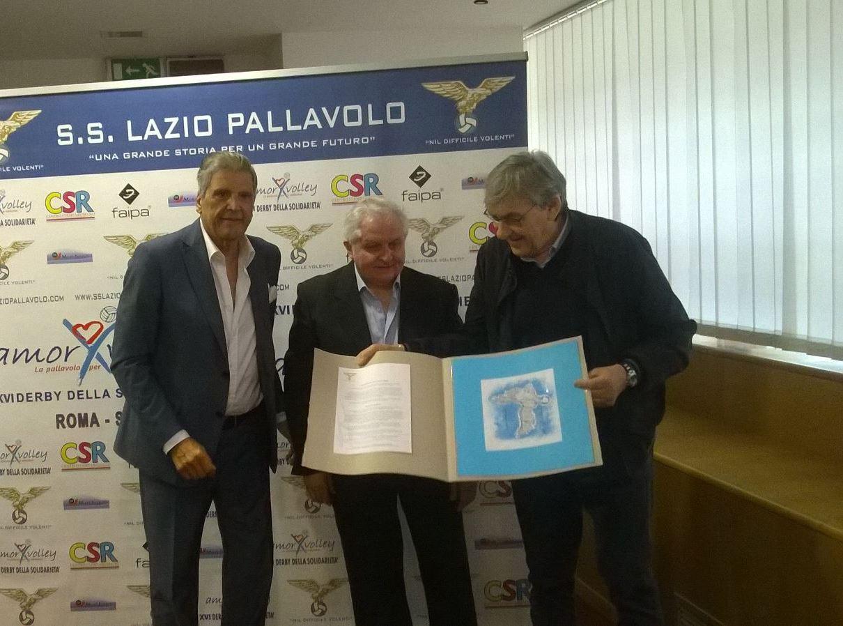 Giorgio d'Arpino con Nicola Dusi Gobetti e Felice Pulici monstrano l'opera realizzata in occasione di Amorvolley