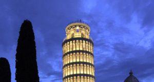 La Torre di Pisa illuminata di sera