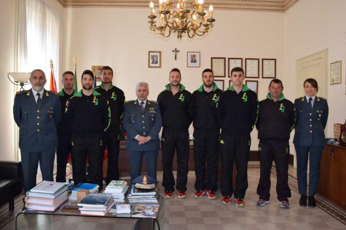 La scuola canoa Fiamme Gialle in visita al Comando Provinciale della GdF