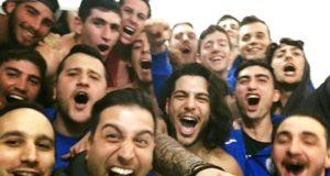Grassi (in basso a destra) in una foto di festa con l'under 21