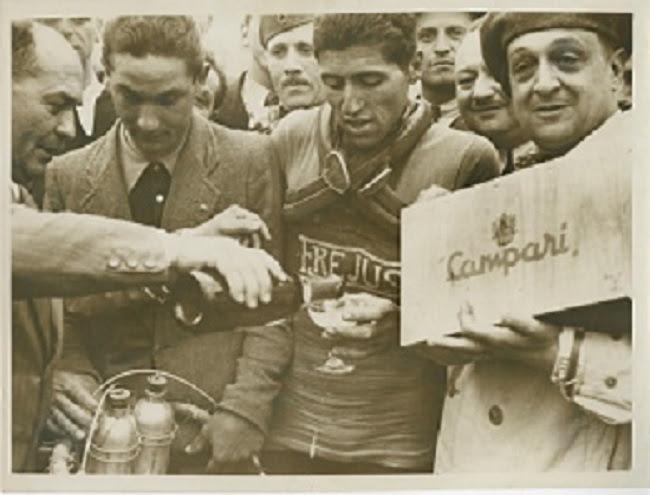 26° Giro 'Italia 1938 Premiazione Cinelli Rieti Roma © Courtesy Galleria Campari