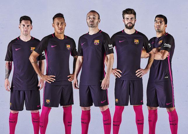 La maglia del Barcelona FC per la stagione 2016-17 prodotta da Nike e indossata da Messi-NeymarJr.-Iniesta-Piquet-Suarez