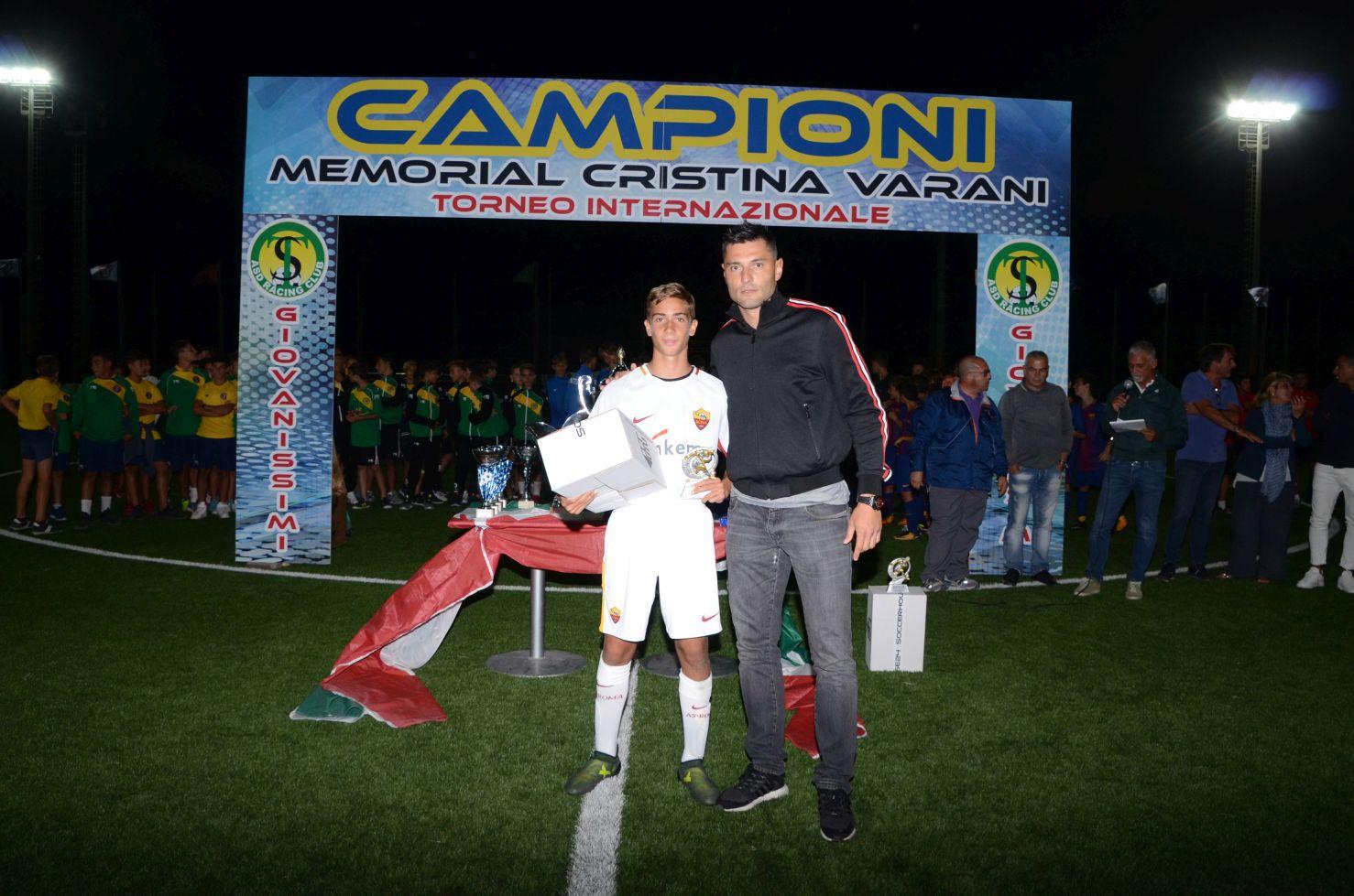 Marco Amelia premia il capocannoniere del Memorial Varani, l'attaccante della Roma Leonardo Rossi
