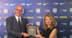 Marco Brunelli, Direttore Generale Lega Serie A, riceve il Silver Button Award da Chiara Santoro, YouTube Strategic Partnerships Manager.