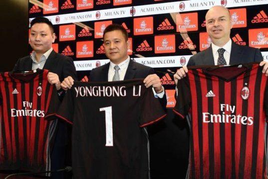 foto tratta dal web - Il nuovo presidente del CdA del gruppo AC Milan, Yonghong Li (al centro della foto) - accanto a destra all'AD Marco Fassone