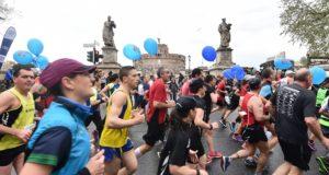 Atleti passano di fronte Castel Sant'Angelo