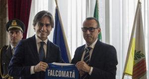 Il sindaco di Reggio Calabria Giuseppe Falcomatà riceve la maglia azzurra dal presidente del Comitato Territoriale Domenico Panuccio