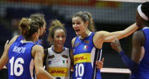 Monica De Gennaro esulta insieme alle sue compagne