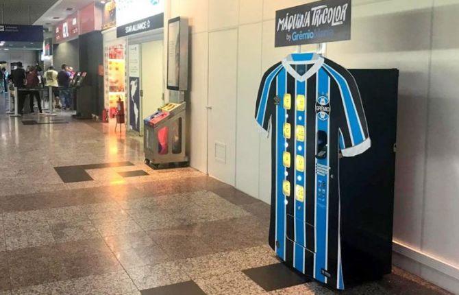 Il distributore maglie del Gremio (tratta dal web) all'aeroporto di Porto Alegre. Novità assoluta in ambito marketing.