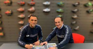 Il calciatore della SS Lazio, Romulo, con Andrea Tomat, presidente della Lotto Sport Italia